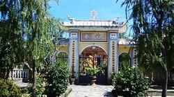 Chùa Thiên Trúc và pho tượng Linga trước cổng chùa…