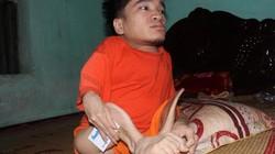 Bị cha hành hạ, người con khuyết tật viết thư máu xin về ở với mẹ
