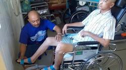 Diễn viên Nguyễn Hoàng xuất viện trên xe lăn