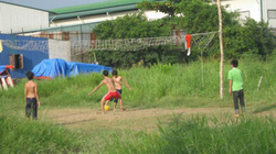 Thông tin đường dây nóng: Thiếu sân chơi thể thao cho trẻ