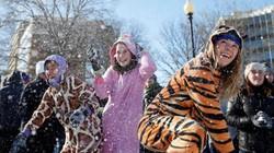 """Người Mỹ """"quên lạnh"""", đổ ra đường vui đùa với tuyết trắng"""