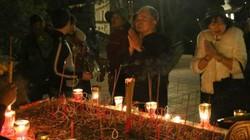 Các cụ già leo núi suốt đêm để lễ hội chùa Hương