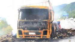 Tài xế bất lực nhìn ôtô chở hơn 2.000 thùng mì tôm cháy rụi