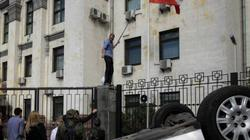 Người biểu tình Ukraine ném trứng, gạch đá tấn công Đại sứ quán Nga