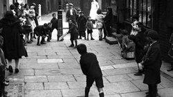 Ảnh hiếm: Trẻ em chơi đùa cách đây gần 100 năm ở Anh