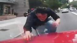 """TQ: Lao đầu vỡ kính ô tô đang chạy vì bị """"quỷ ám"""""""