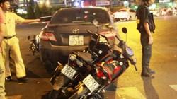 Ô tô lùi tông 3 xe máy ở vòng xoay trung tâm Sài Gòn