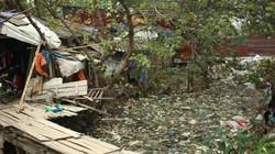 Nghẹt thở vì cống chất đầy rác thải ở Hà Nội