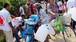 Trên 800 hộ nghèo vùng hạn, mặn được cứu trợ khẩn cấp nước uống