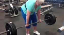 """Bà cụ 80 tuổi nhấc tạ hơn 100 kg dễ """"như không"""""""