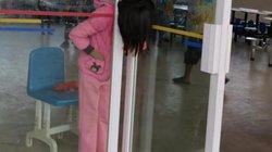 Bé gái TQ kẹt cứng đầu trong khe hẹp giữa 2 cửa kính