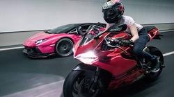 """Nữ biker Singapore cầm lái Ducati """"vờn"""" Lamborghini"""