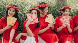 """Dân mạng khó rời mắt với """"ngũ cô nương"""" diện áo dài đỏ thắm đón xuân"""