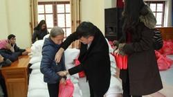 Công Vinh và 2 chiếc phong bì tặng cụ già nghèo