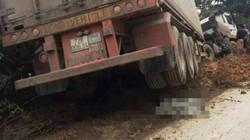 Xe tải cuốn xe máy vào gầm, 2 người tử vong
