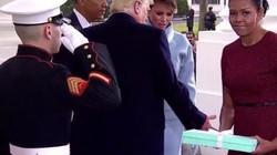 Vợ Obama lúng túng khi nhận quà từ Đệ nhất phu nhân Mỹ