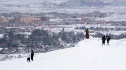 Sa mạc Sahara chìm trong lớp tuyết rơi dày một mét