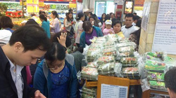 """29 Tết, nhiều siêu thị """"cháy hàng"""" hạt dưa, mứt tết…"""