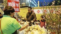 HN: Ấm lòng 500 chiếc bánh chưng tặng người nghèo đón Tết