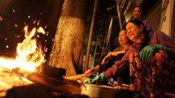 Người Hà Nội nấu bánh chưng trên vỉa hè, ngõ làng trong đêm