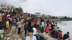 """Clip: Người dân chen chân xem ngư dân Sa Huỳnh """"xông biển"""" đầu năm"""
