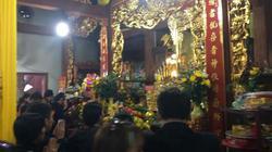 Hà Tĩnh: Đền Chợ Củi đông nghịt người, vàng mã đốt nghi ngút
