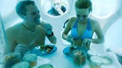 Độc đáo nhà hàng dùng thợ lặn phục vụ thực khách dưới nước
