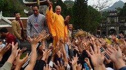 Phát lộc lộn xộn tại chùa Hương: Phản cảm, mất hình ảnh nhà chùa!