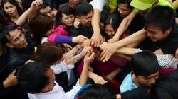 Bộ VHTTDL nhắc nhở hành động ném lộc phản cảm ở chùa Hương