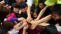 Dân mạng bất bình vì cảnh tranh cướp lộc lộn xộn ở chùa Hương