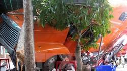 Xe container mất lái lao vào quán cà phê, 1 người bị thương