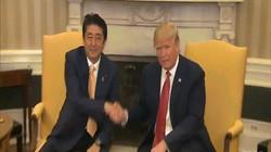 Màn bắt tay lạ chưa từng thấy giữa Trump và Abe