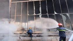 HN: Lửa thiêu rụi hàng nghìn mét vuông nhà xưởng trên đường Võ Chí Công