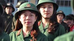 Giữa nghìn quân, 5 cô gái Sài Gòn tươi tắn lên đường nhập ngũ