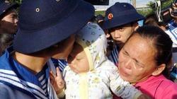 Ảnh: Xúc động nụ hôn vội của cha chia tay con nhỏ ngày tòng quân