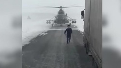 Trực thăng Mi-8 bất ngờ hạ cánh giữa cao tốc để hỏi đường