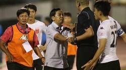 """Cầu thủ """"đình công"""" phản ứng trọng tài - trò hề bóng đá Việt"""
