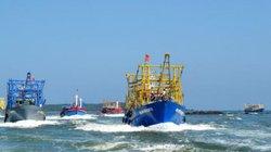 Tàu vỏ thép lừng lững giữa biển
