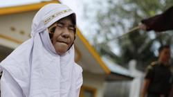 """Đôi uyên ương Indonesia bị quất roi vì """"ăn cơm trước kẻng"""""""
