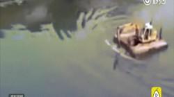 Dùng máy xúc để chèo qua sông và cái kết khó tránh