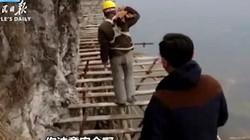 Công nhân TQ đối mặt tử thần trên vách núi cao 1.700 mét
