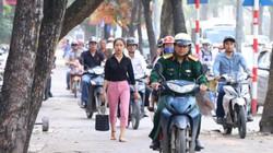 Vỉa hè Hà Nội chật cứng ô tô, xe máy trong giờ cao điểm