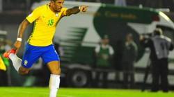 """Clip Paulinho lập hat-trick, Brazil """"huỷ diệt"""" Uruguay"""
