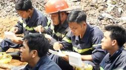 Xúc động cảnh lực lượng chữa cháy ăn cơm hộp chống đói