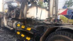 Xe đầu kéo bất ngờ cháy rụi trên xa lộ Hà Nội