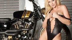 """Siêu mẫu """"nóng hừng hực"""" bên Harley-Davidson Sportster"""