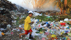 """Nhặt nhạnh từng miếng cơm trên """"đảo rác"""" ở đảo ngọc Phú Quốc"""