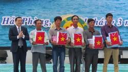 Tặng cờ Tổ quốc, áo phao và quà động viên ngư dân bám biển