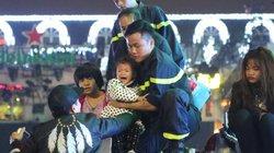 Trẻ nhỏ khóc thét, leo lên xe cứu hoả thoát thân giữa biển người ở Hà Nội