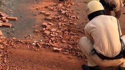 Hình ảnh đẹp: CSGT TP.HCM thu dọn gạch vương vãi trên đường phố